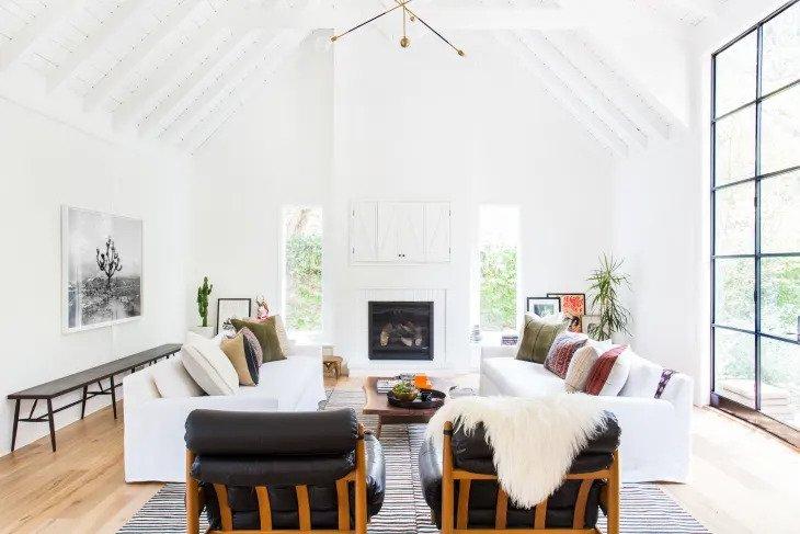 Salon minimaliste à la texture lourde