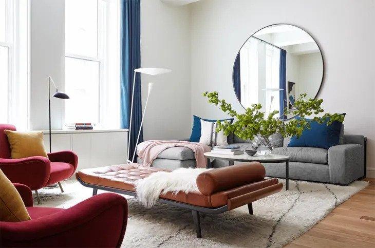 Un salon minimaliste avec des pièces de déclaration audacieuses