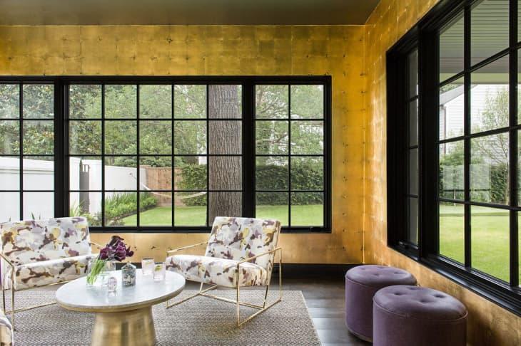salon avec espace minimaliste doré