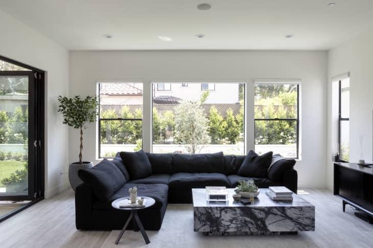 salon minimaliste avec canapé en noir