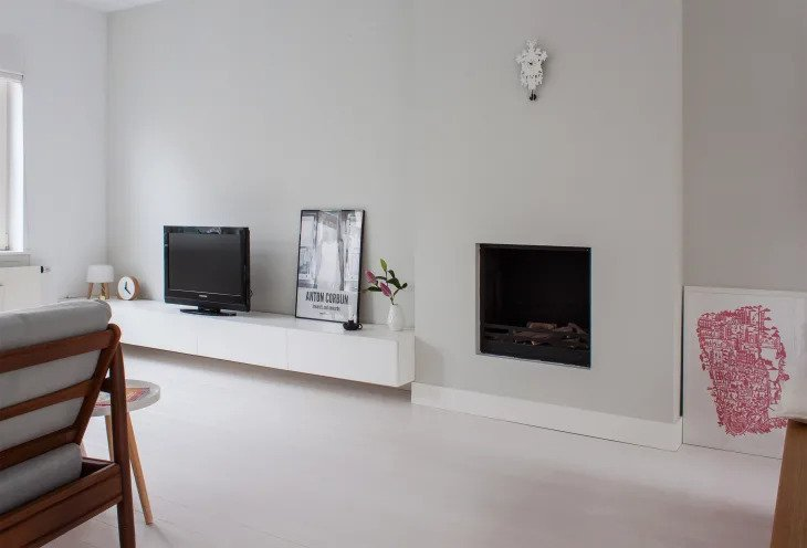 salon minimaliste avec cheminée