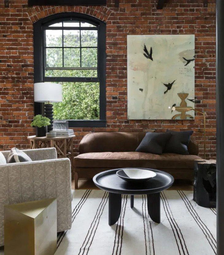 salon minimaliste avec mur en briques