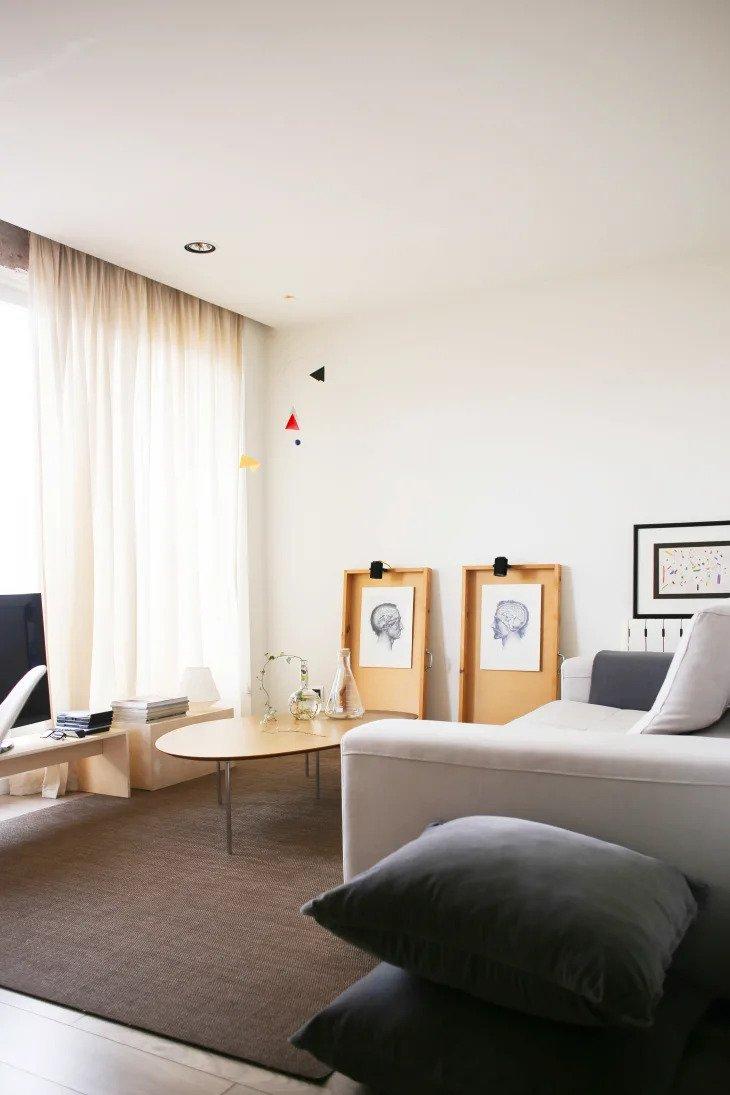 salon minimaliste avec une touche artistique
