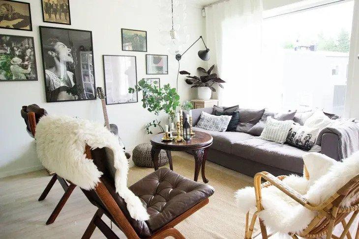 salon scandinave avec grandes fenêtres et ses murs blancs