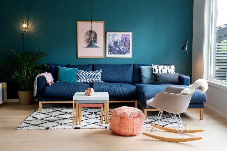 salon scandinave avec meubles classiques du milieu du siècle
