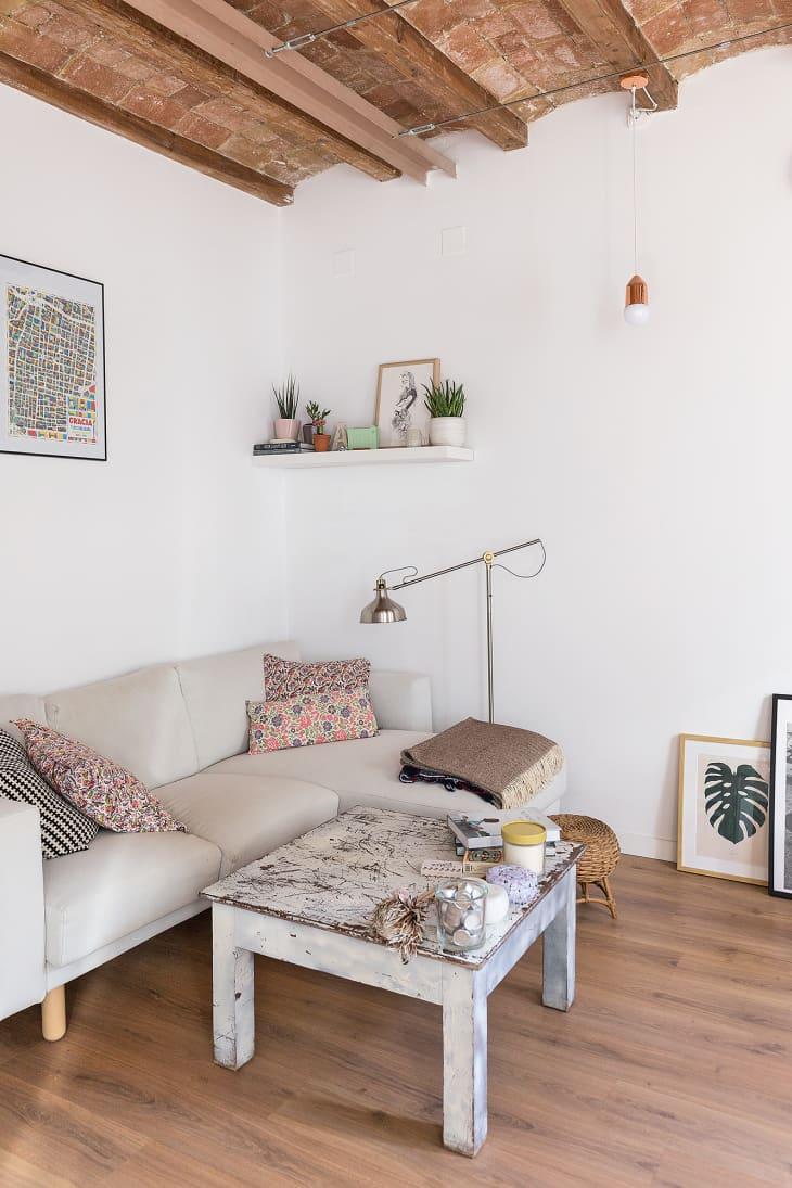table basse en bois - salon minimaliste
