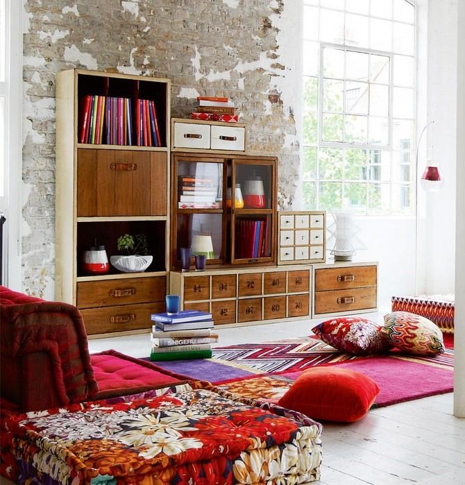 Décoration de salon industriel avec couleur rouge