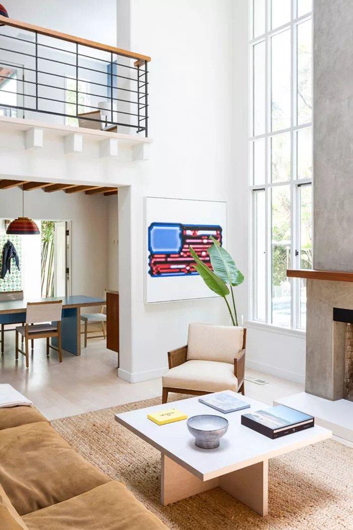 Des touches de crème et des tons de bois naturel abondent dans ce salon contemporain