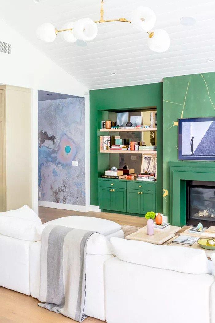 SAlon avec mur d'accent vert crée un environnement dynamique