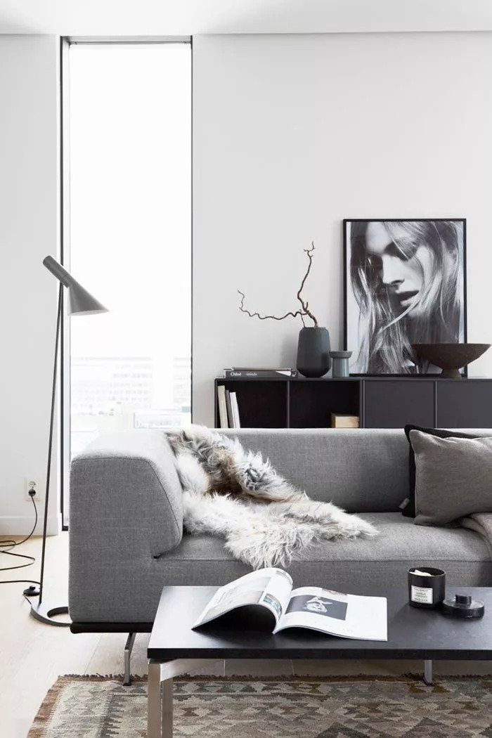 Salon avec des portraits encadrés en noir avec des paysages doux