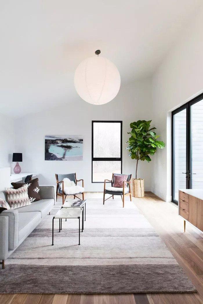 Salon avec environnement linéaire entièrement contemporain