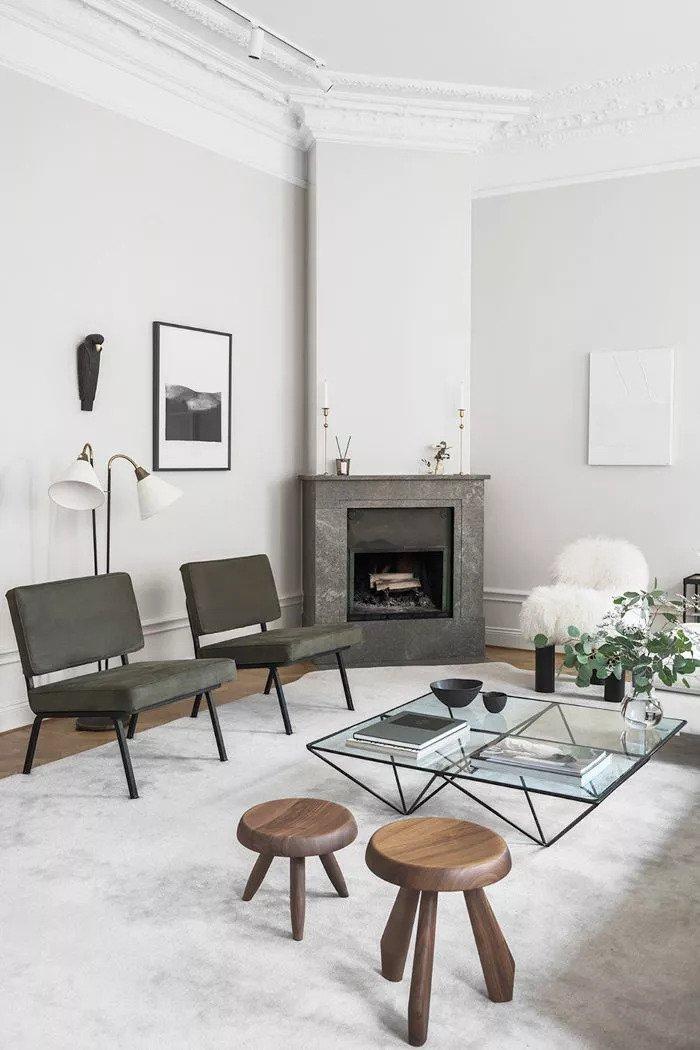 Salon avec une cheminée en marbre et un mobilier linéaire