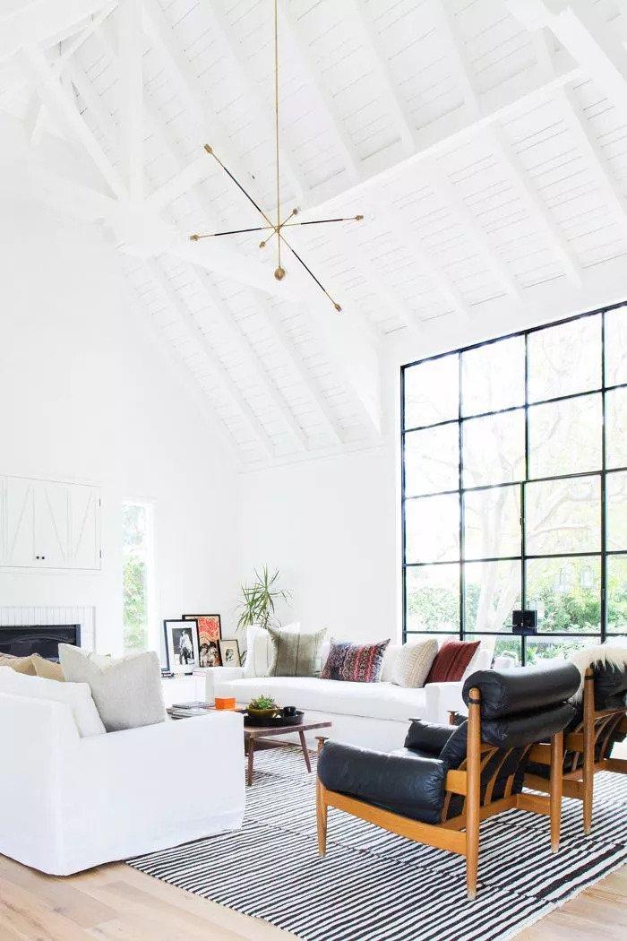 Salon contemporain - murs blancs et meubles eclatants