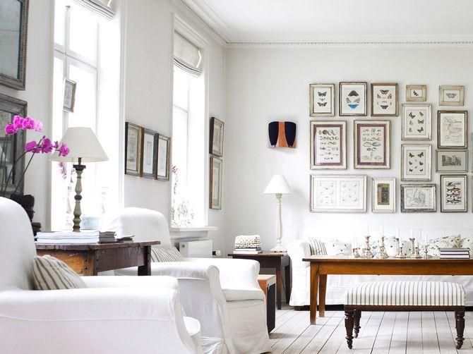 Salon industriel avec ambiance blanche et chaleureuse