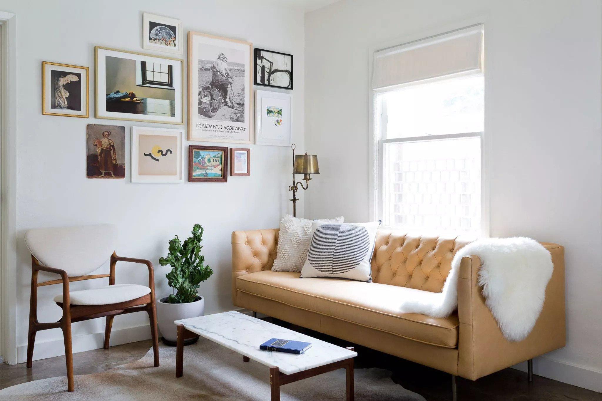 Adoucissez un canapé en cuir avec des accents décoratifs