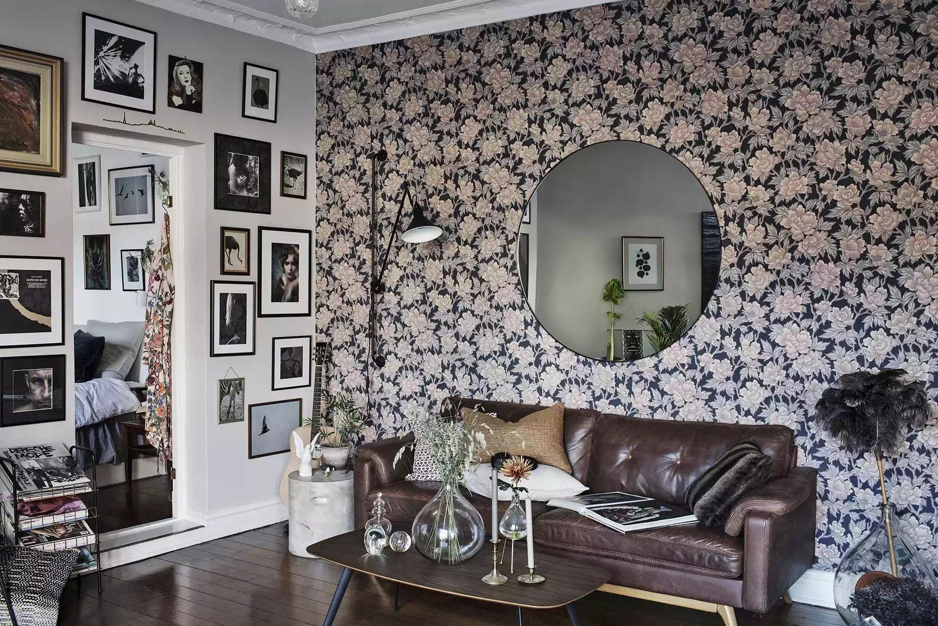 Canapé en cuir cognac dans un salon tendance