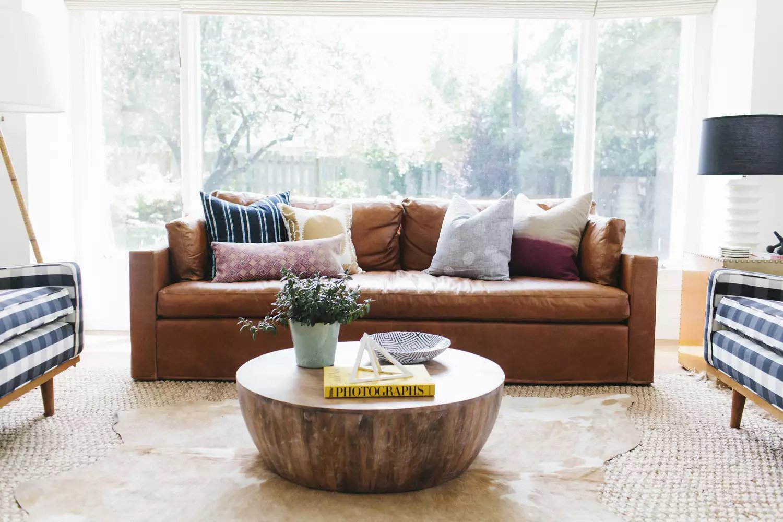 Canapé en cuir dans un salon de transition