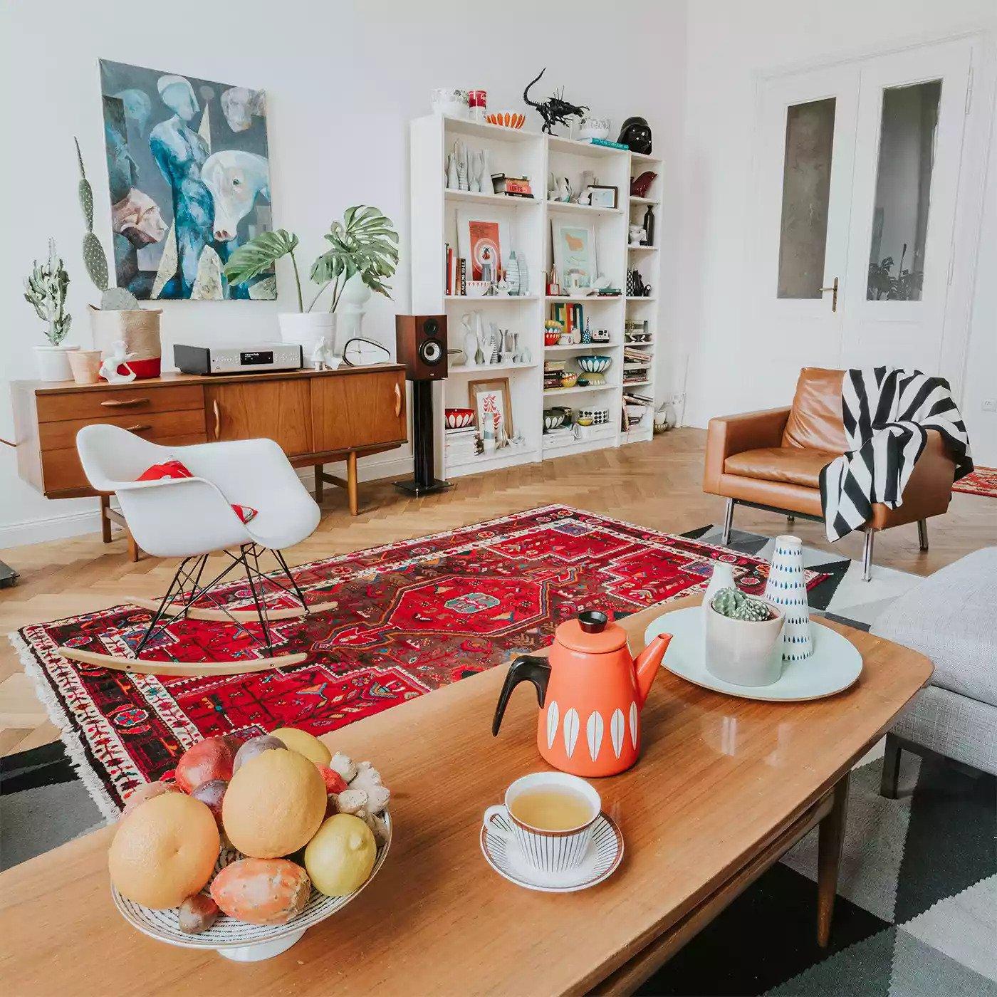 Fauteuil en cuir vintage associé à des meubles de reproduction