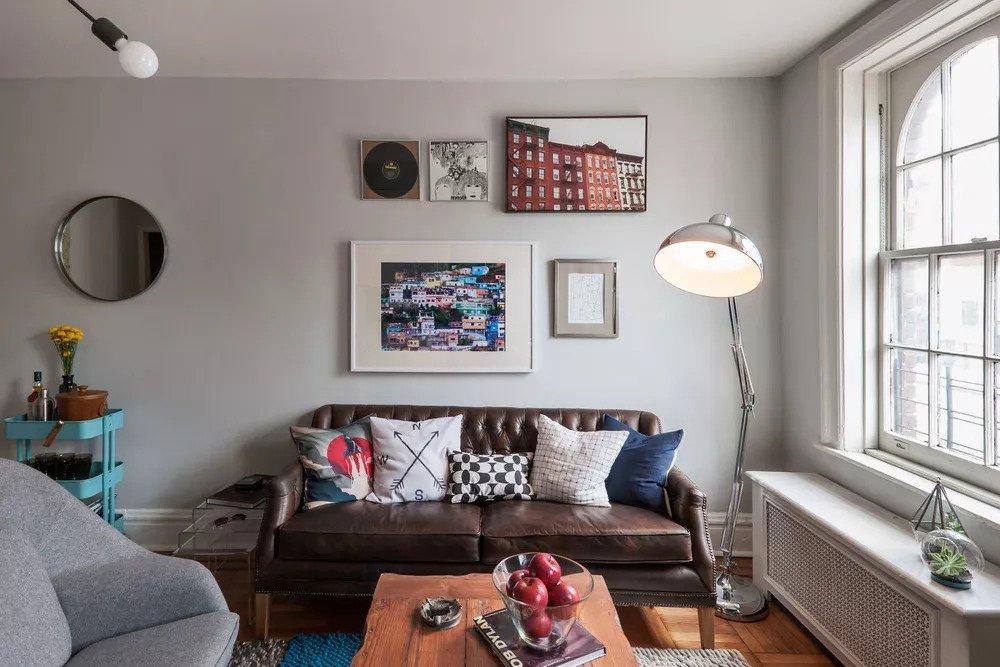 Mini canapé Chesterfield dans un petit appartement