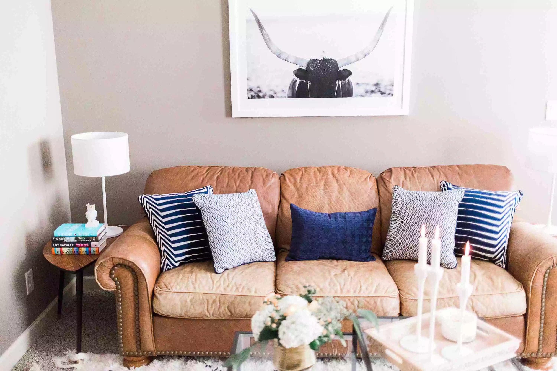Rafraîchissez un vieux canapé en cuir avec de jolis coussins