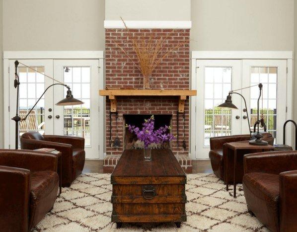 Décoration de cheminée avec briques brunes