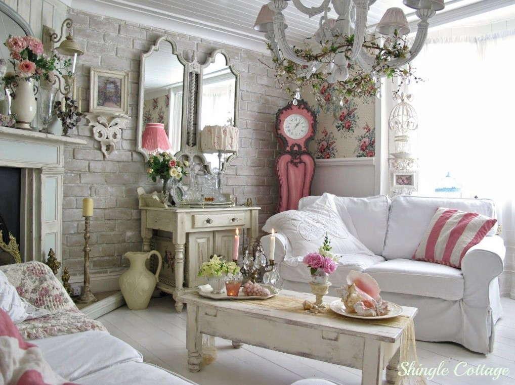 Salon romantique de style cottage avec décoration florale