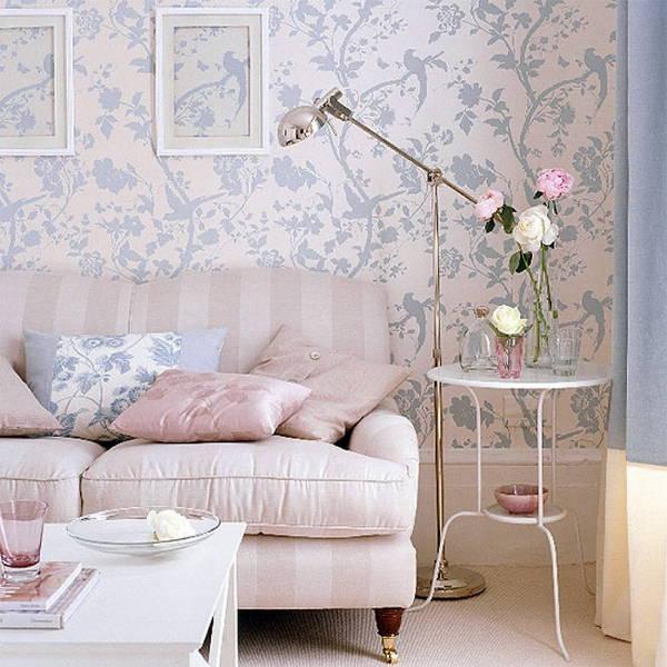 Salon shabby chic avec papier peint à imprimé floral rose