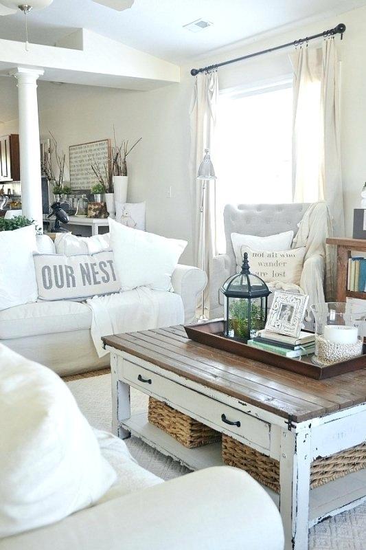 Table basse en bois de grange recyclé pour un salon shabby chic