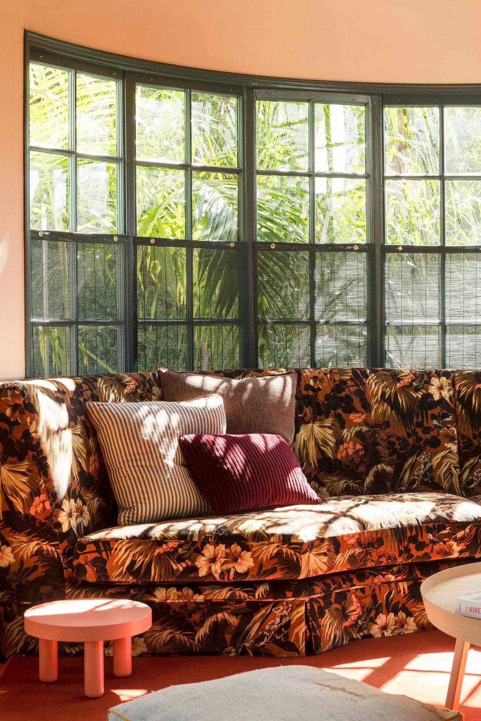Canapé floral incurvé par fenêtre