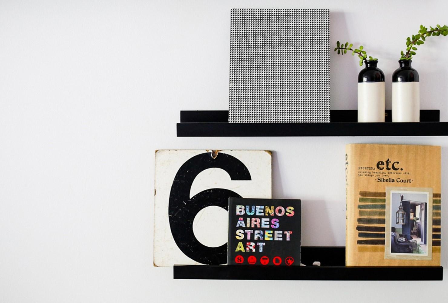 Décorer un petit salon avec étagères pour disques vinyles