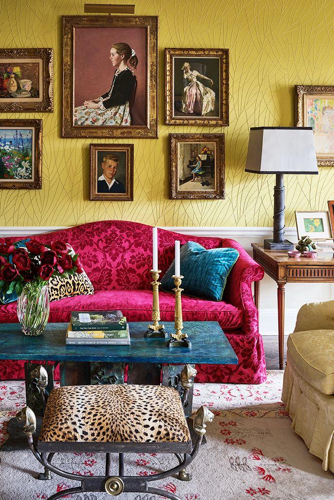 Petit salon formel avec canapé rouge et tabouret imprimé léopard