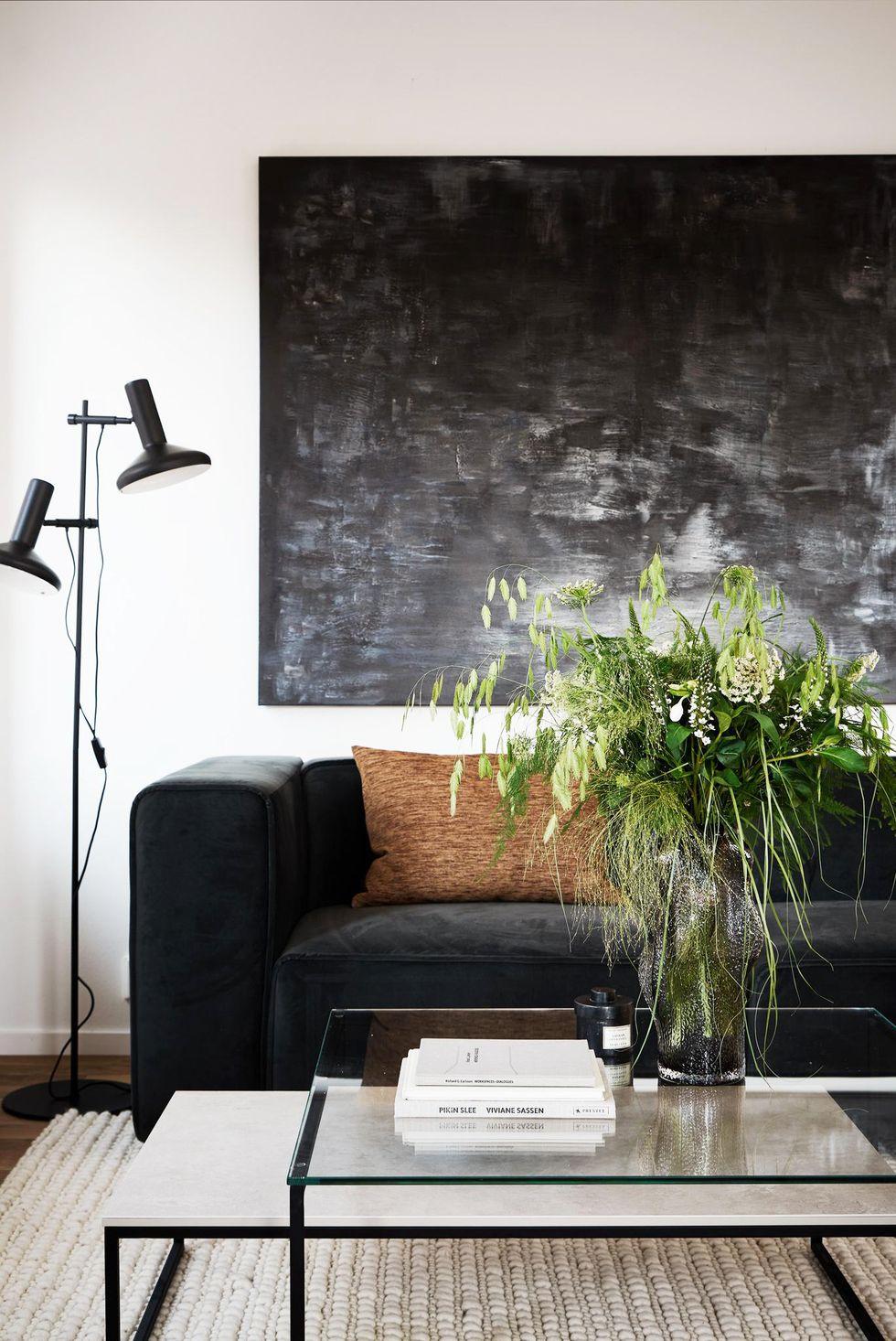 Petit salon scandinave avec canapé noir