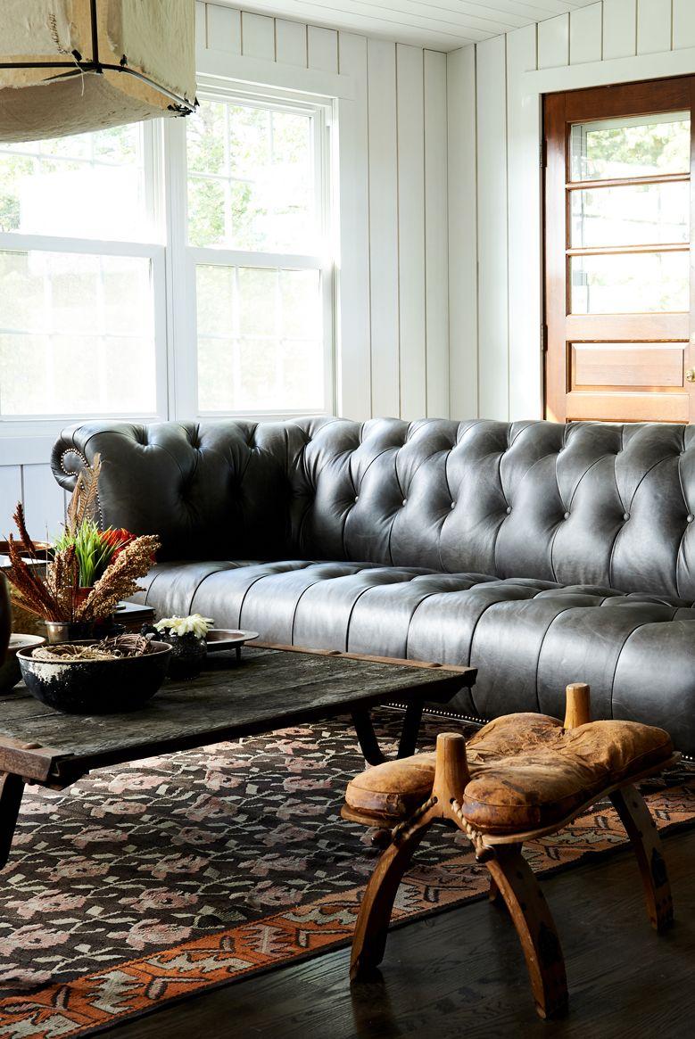Salon avec espace derrière les meubles