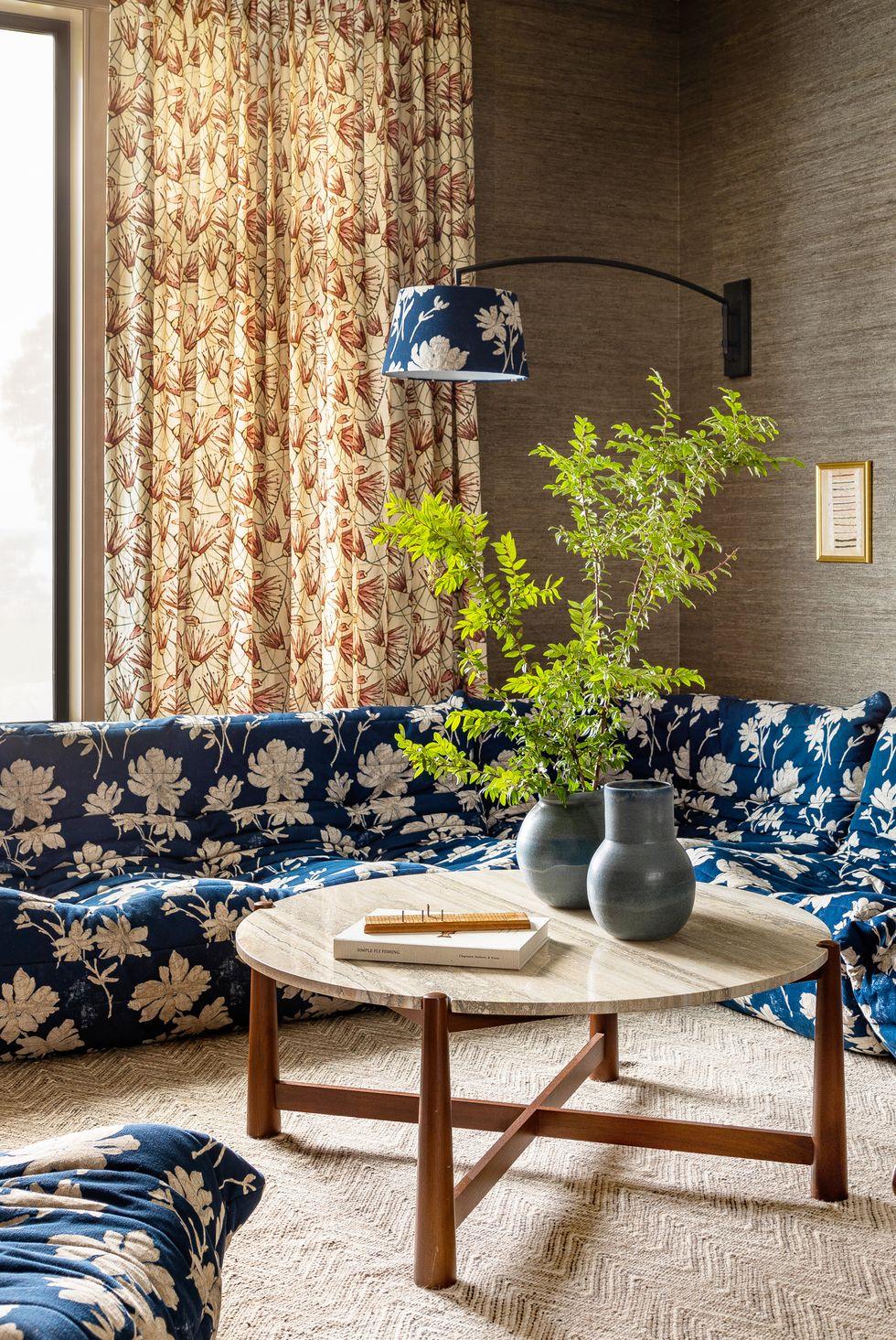 Salon avec sièges modulaires à fleurs bleues