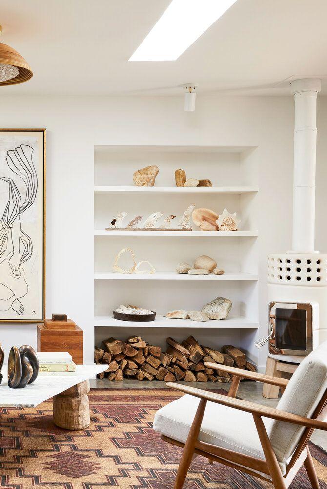 Salon moderne de style plage blanc avec étagères encastrées