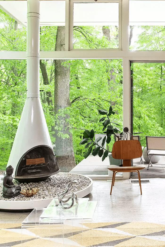 Salon zen et décontracté avec des plantes