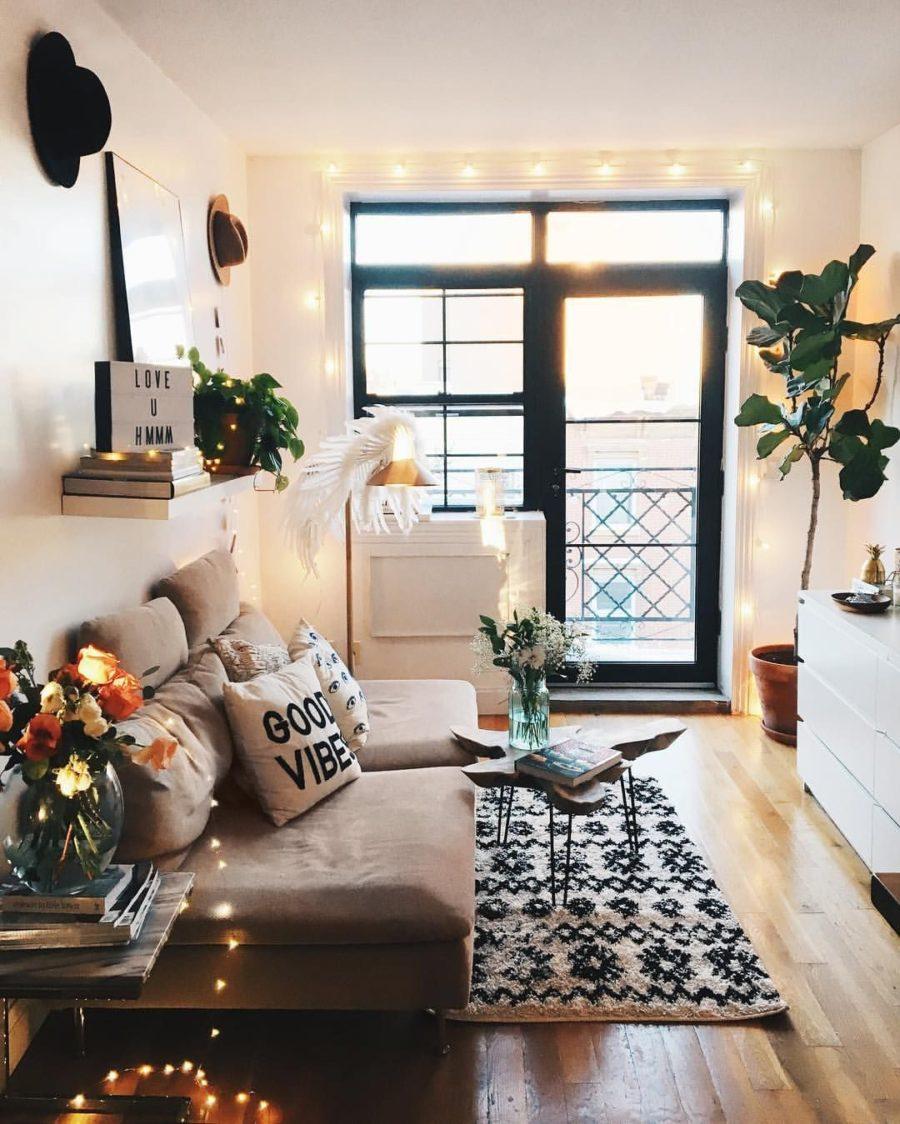 astuces de style qui donnent l'impression qu'un petit salon est plus grand