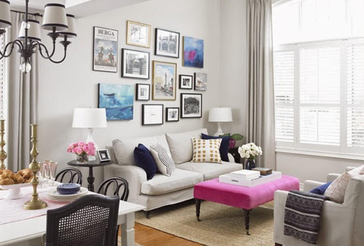 petit salon avec collage d'impressions murales