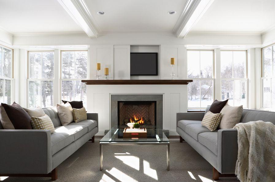 cheminée confortable dans le salon avec télévision cachée au-dessus