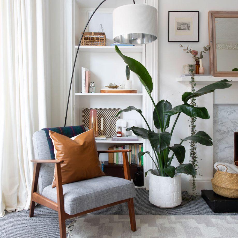 Salon blanc avec fauteuil gris