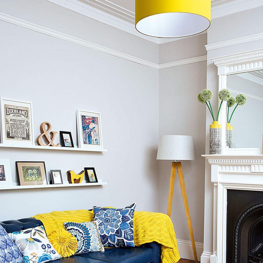 Salon gris avec éclairage et accessoires jaunes