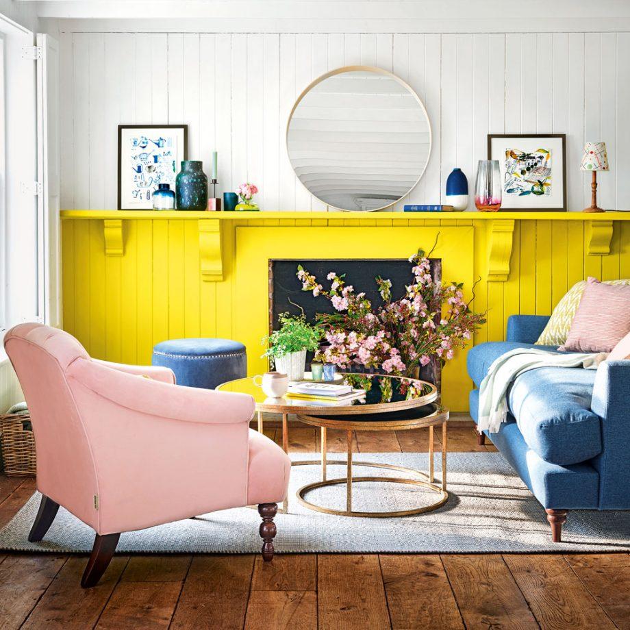 Salon gris clair avec mur d'accent jaune vif