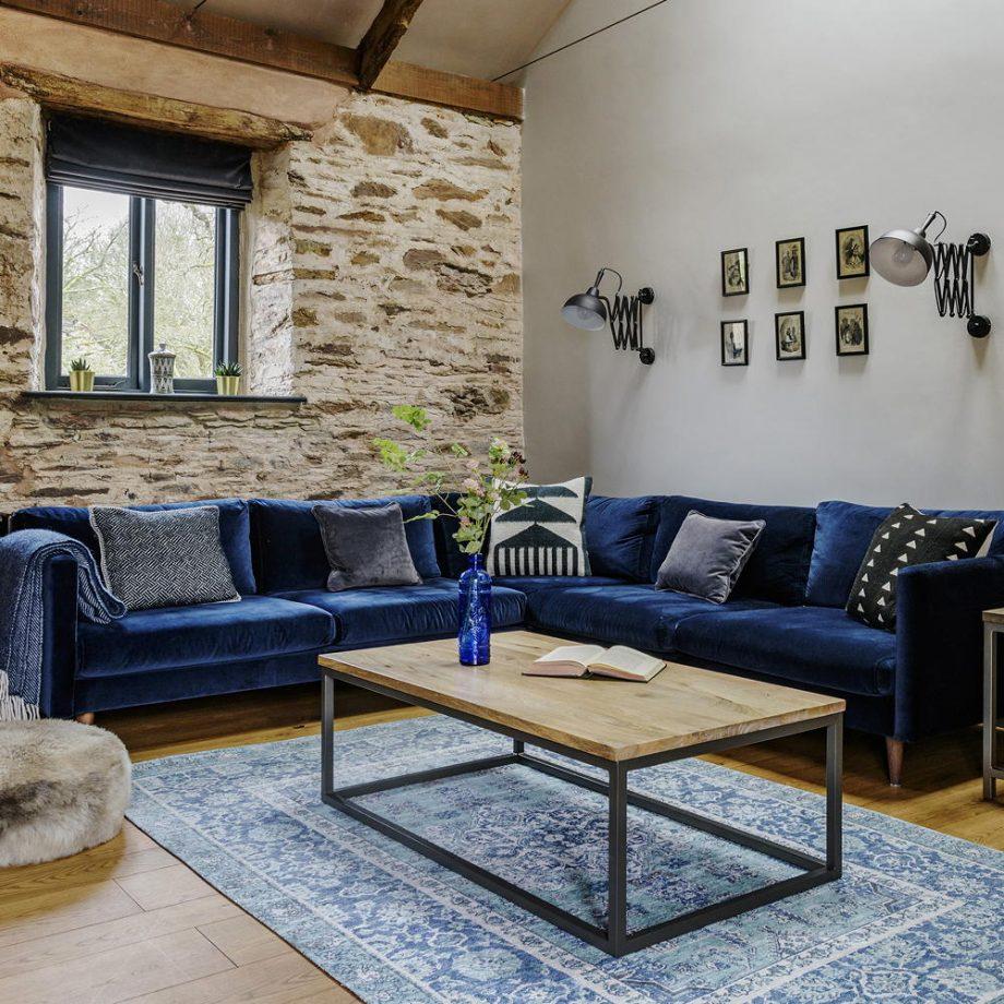 Contrastez un mur en pierre apparente avec du bleu nuit