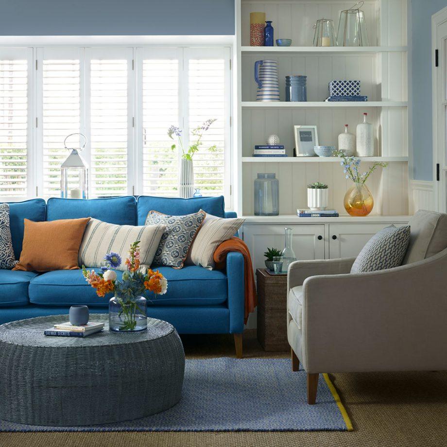 Décoration de salon avec un canapé bleu