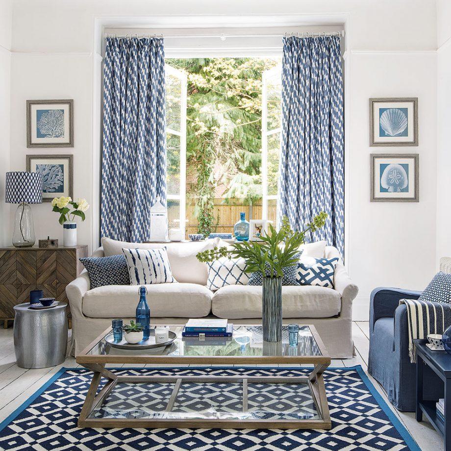 Salon bleu avec des motifs