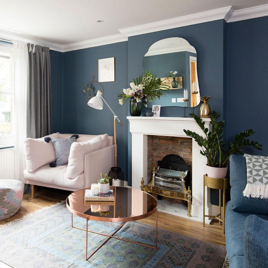 Salon bleu marine et blanc pour un look cosy et lumineux