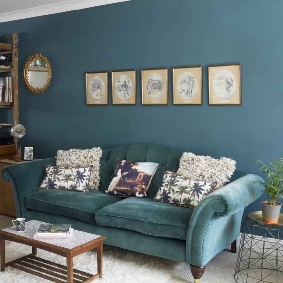Salon bleu sarcelle pour une mise à jour traditionnelle