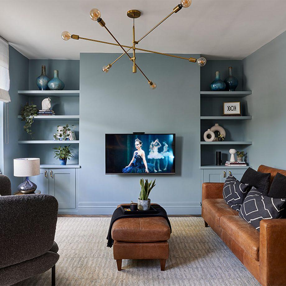 salon peint en bleu avec television